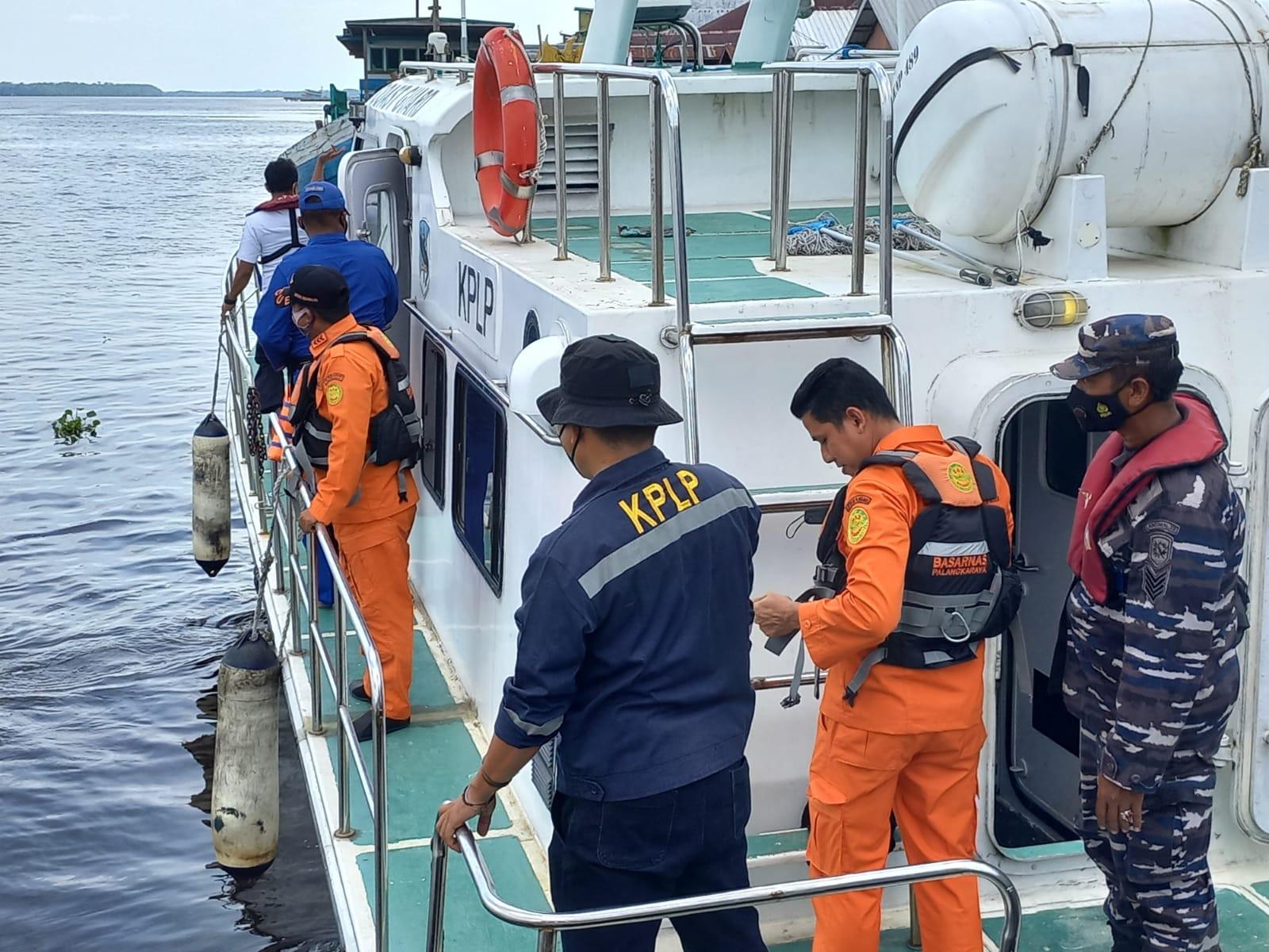 PENCARIAN: Tim gabungan sedang melakukan pencarian diduga adanya penumpang KM Kirana I lompat ke laut, Rabu (13/10/2021)./POL AIR POLRES KOBAR