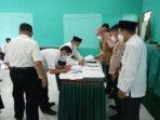 SEPAKAT: Penandatangan komitmen bersama tentang protokol kesehatan pada penerapan PTM terbatas pada satuan pendidikan Kemenag Kabupaten Bartim, Senin (18/10). / KEMENAG BARTIM