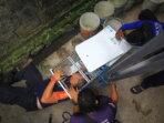 PASANG JEBAK: Petugas dari DPKP Kota Palangka Raya memasang jebakan untuk menangkap biawak di rumah warga Jalan P Junjung Buih, Selasa (19/10)./ENA