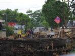 DIGENJOT: Para pekerja proyek terus berupaya menyelesaikan pembangunan drainase primer di Jalan Bukit Keminting, Rabu (20/10)./ena