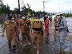 MENINJAU: Gubernur Kalteng H Sugianto Sabran dan Wakil Gubernur H Edy Pratowo didampingi Kepala Dinas PUPR Kalteng H Shalahuddin memantau pembangunan pile slab di Bukit Rawi, beberapa waktu lalu.