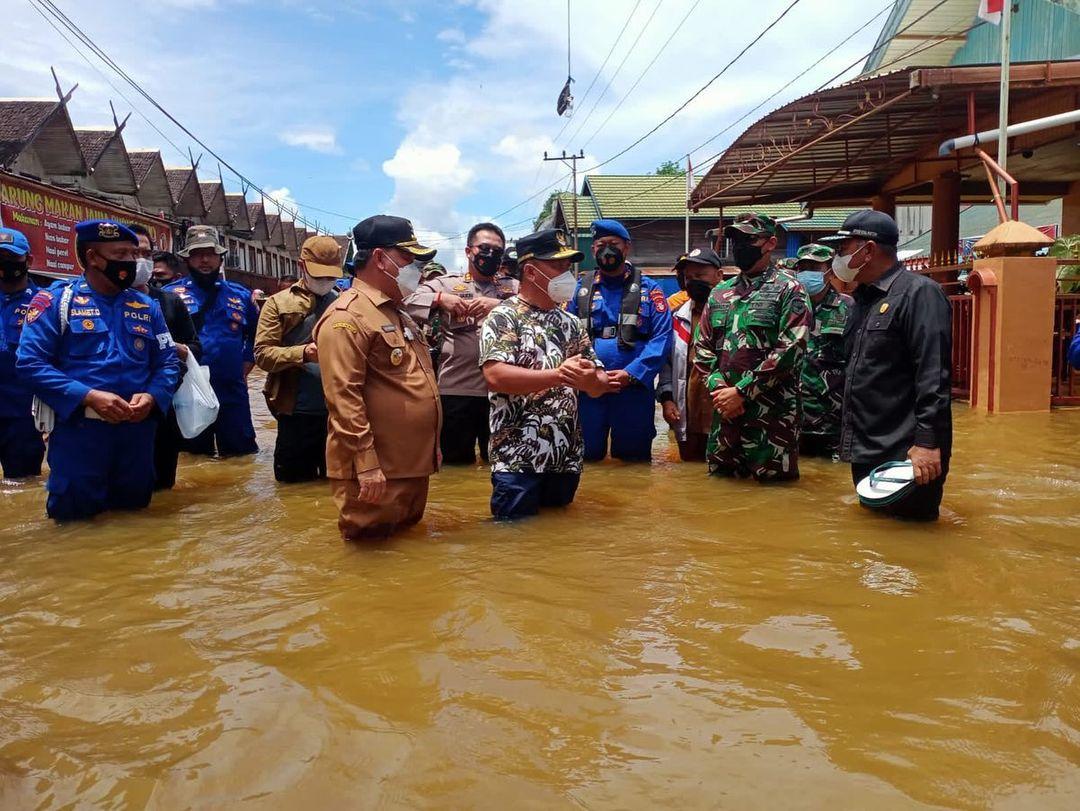 BANJIR: Bupati Kabupaten Kotim H Halikinnor saat mendampingi Gubernur Kalteng H Sugianto Sabran untuk melihat banjir di wilayah utara belum lama ini./PROKOPIM