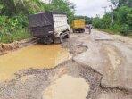 RUSAK : Kondisi jalan Desa Tumbang Danau yang rusak parah. Dekat lokasi tersebut sedang ada pembangunan salah satu perusahaan besar swasta (PBS) yang akan berinvestasi di Kabupaten Gunung Mas.