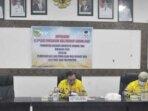 SAMBUTAN : Sekretaris Daerah Gunung Mas Yansiterson saat menyampaikan sambutan Bupati Jaya Samaya Monong dalam rangka sosialisasi regulasi pengakuan masyarakat hukum adat tahun 2021 di Kuala Kurun, Kamis (21/10).