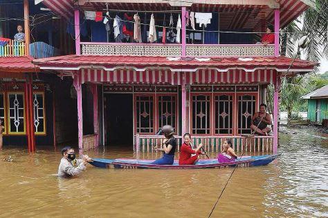 TERENDAM: Banjir kembali melanda wilayah Kabupaten Murung Raya seperti terpantau di Desa Juking Pajang Kecamatan Murung, Senin (4/10).