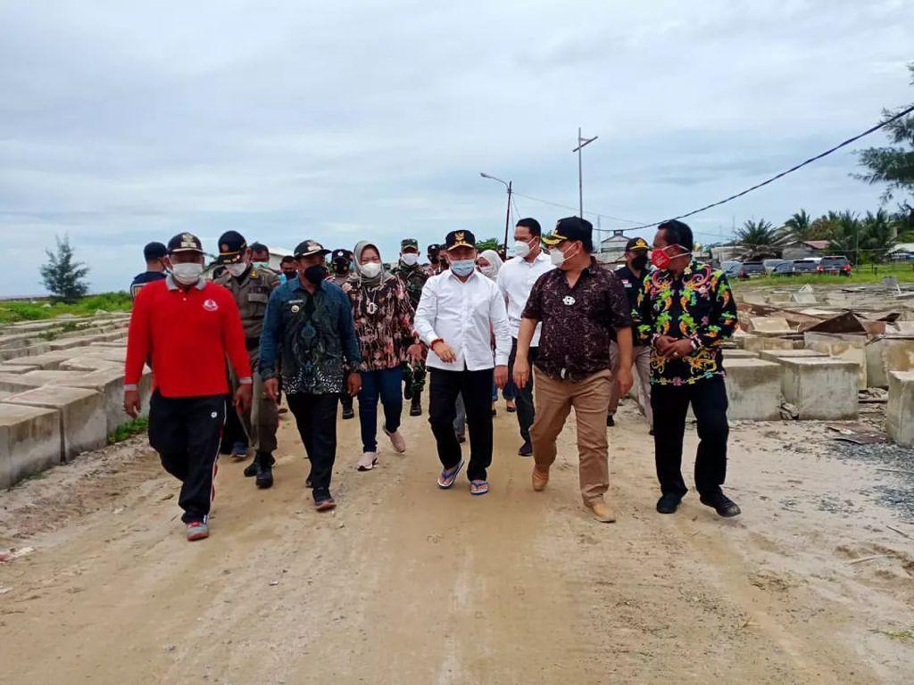 TINJAU: Bupati Kotim, H Halikinnor mendampingi Gubernur Kalteng, H Sugianto Sabran meninjau lokasi pelabuhan yang rencananya akan dibangun di Ujung Pandaran, Kecamatan Teluk Sampit, belum lama ini.
