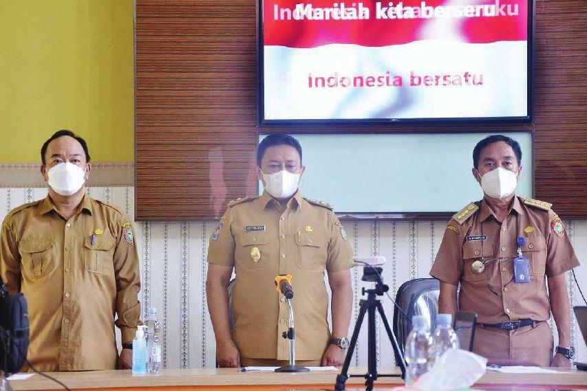 LAUNCHING : Wakil Gubernur Kalimantan Tengah H Edy Pratowo (tengah) saat launching PTM terbatas se-Kalteng di SMAN 1 Palangka Raya, Senin (11/10).