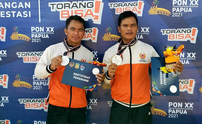 PRESTASi: Brigadir Poliyansyah dan Briptu Hendra Jaya Tim Dayung Kalteng peraih Medali Perak POM XX Papua merupakan anggota SPN Polda Kalteng.