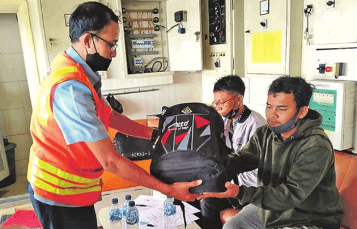SERAHKAN BARANG KORBAN: Pegawai DLU Cabang Kumai menyerahkan barang-barang milik korban yang menjatuhkan diri ke laut.