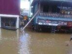 BANJIR : Situasi banjir yang terjadi di Desa Tumbang Sepayang, Kecamatan Bukit Santuai sudah merendam jalan, Selasa (5/10).
