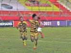 SELEBRASI : Pemain Mitra Kukar, Dennish Diaz Himawan bersama rekannya merayakan gol ke gawang PSBS Biak menit 88 pada laga Grup D Liga 2 Indonesia musim 2021 di Stadion Tuah Pahoe, Palangka Raya, Kamis (7/10) sore.