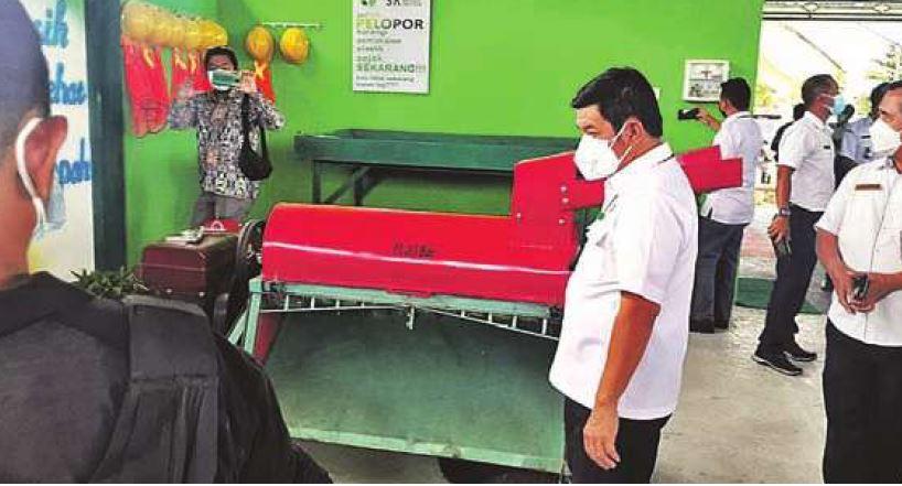 UJI COBA : Bupati Barito Timur Ampera AY Mebas meninjau peralatan pencacah sampah rumah tangga dalam peresmian TPS3R di Janah Munsit, beberapa waktu lalu.