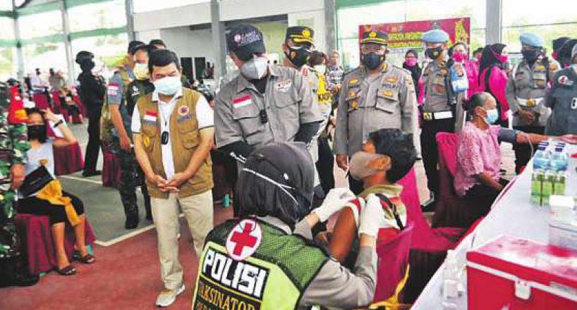 TARGET: Bupati Barito Timur Ampera AY Mebas saat memantau vaksinasi kepada warga di Tenis Indoor Komplek Nansarunai Tamiang Layang, Sabtu (2/10) lalu.