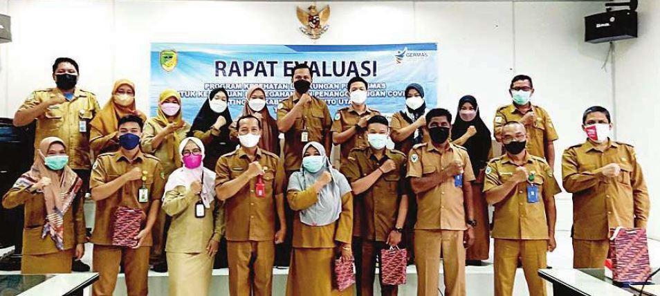 FOTO BERSAMA : Kepala Dinas Kesehatan Kabupaten Barito Utara H Siswandoyo foto bersama peserta usai pembukaan rapat evaluasi di lantai 1 aula setda, Senin (11/10).