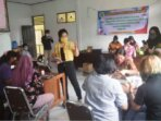 PELATIHAN : Kaum perempuan di Kecamatan Kurun, Kabupaten Gunung Mas, saat mengikuti pelatihan kerajinan tangan yang dilakukan oleh Universitas Palangka Raya.