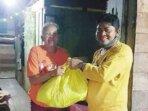 SERAHKAN BANTUAN: Wakil Ketua I DPRD Katingan, Nanang Suriansyah (kanan) ketika menyerahkan bantuan bagi warga yang terdampak bencana banjir, beberapa waktu lalu.