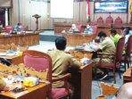 RDP : Suasana rapat dengar pendapat (RDP) terkait kenaikan tarif air PDAM di ruang rapat DPRD Kotawaringin Timur, Selasa (19/10).