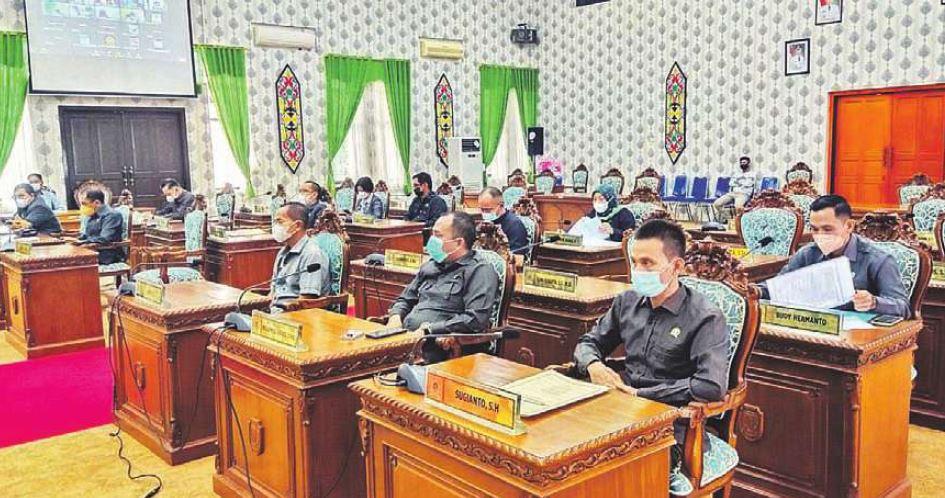 PARIPURNA: Sejumlah anggota DPRD Katingan, ketika mendengarkan penyampaian hasil reses pada rapat paripurna beberapa waktu lalu.