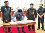 PENANDATANGANAN: Ketua DPRD Katingan, Marwan Susanto menandatangani sebuah berita acara pada rapat paripurna di Ruang Sidang DPRD Kabupaten Katingan, beberapa waktu lalu.