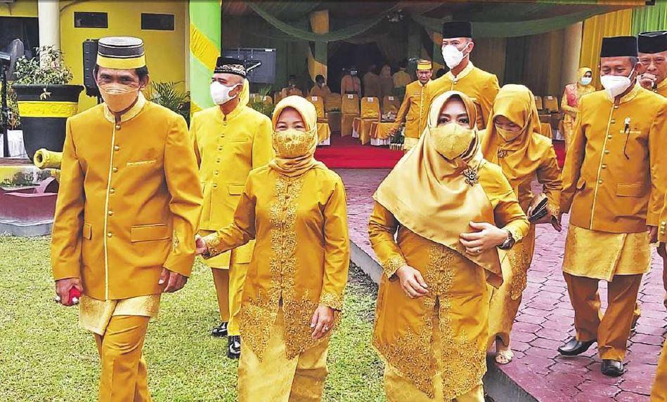 KOMPAK: Wakil Ketua I DPRD Kotawaringin Barat Mulyadin didampingi istri serta anggota dewan lainnya usai mengikuti perayaan HUT Kobar, beberapa waktu lalu.