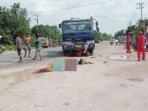 LAKALANTAS: Terlihat dua orang korban terkapar usai mengalami kecelakaan di Jalan Ahmad Yani Km. 10 Kelurahan Baru, Kamis (21/10).