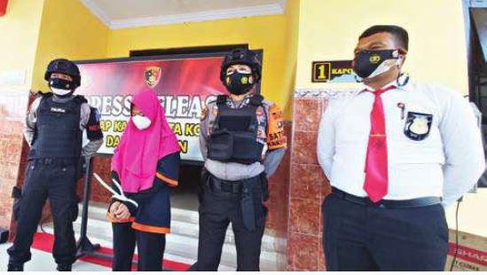 TERTUNDUK: Pelaku penipuan, Purlina, diamankan pihak kepolisian karena merugikan korbannya hingga rarusan juta rupiah, Kamis (30/9).