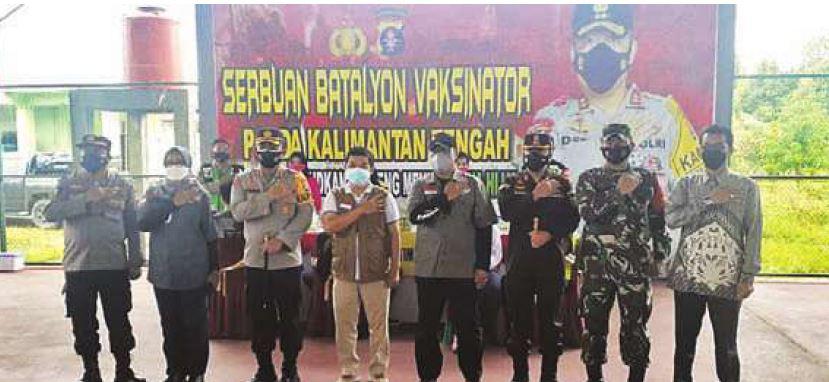 SEMANGAT : Bupati Barito Timur Ampera AY Mebas saat mengikuti kegiatan Serbuan Vaksinasi Batalyon Polda Kalteng di Tamiang Layang, belum lama ini