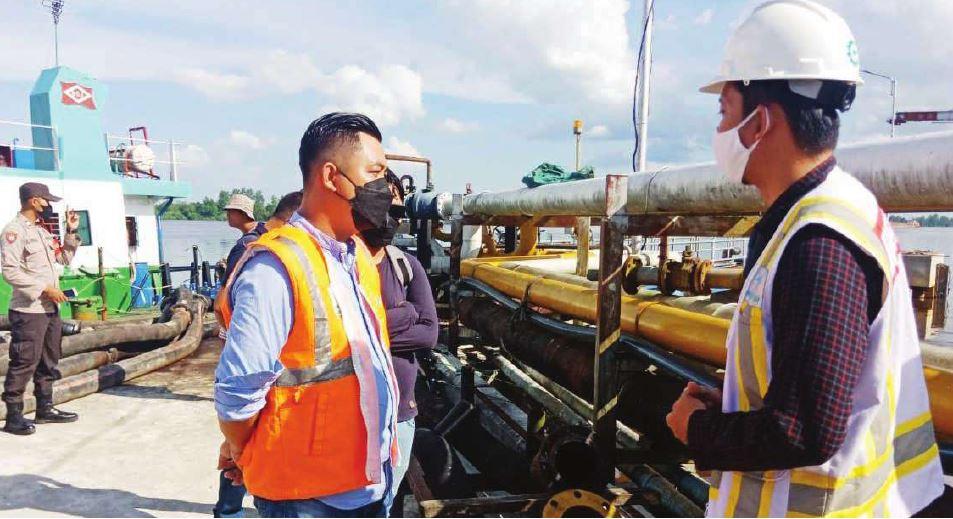 KUNJUNGAN : Ketua Komisi IV DPRD Kotawaringin Timur Muhammad Kurniawan Anwar saat kunjungan ke Pelabuhan Pelindo III Bagendang, belum lama ini.
