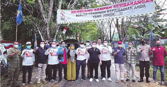 FOTO BERSAMA: Bupati Kotim, H Halikinnor berfoto bersama pengurus Karang Taruna, belum lama ini.